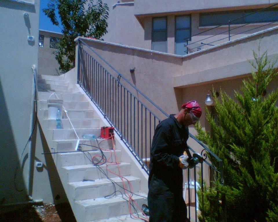 מעקה מדרגות אחוריות - ראשון מתוך שניים