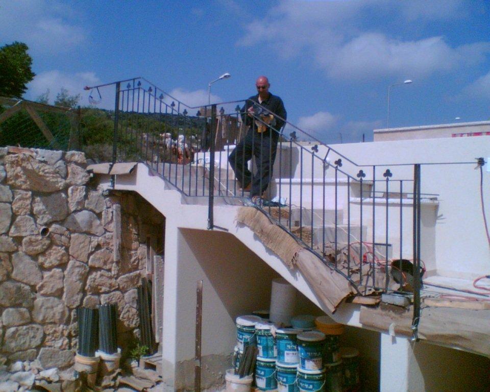 מעקה מדרגות ראשיות בכניסה לבית - ראשון מתוך שניים