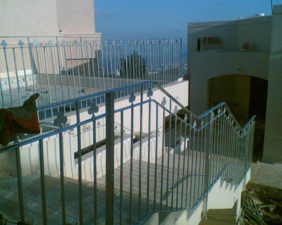 מעקה מדרגות ראשיות בכניסה לבית - כולל מבט למעקה חניית הרכב