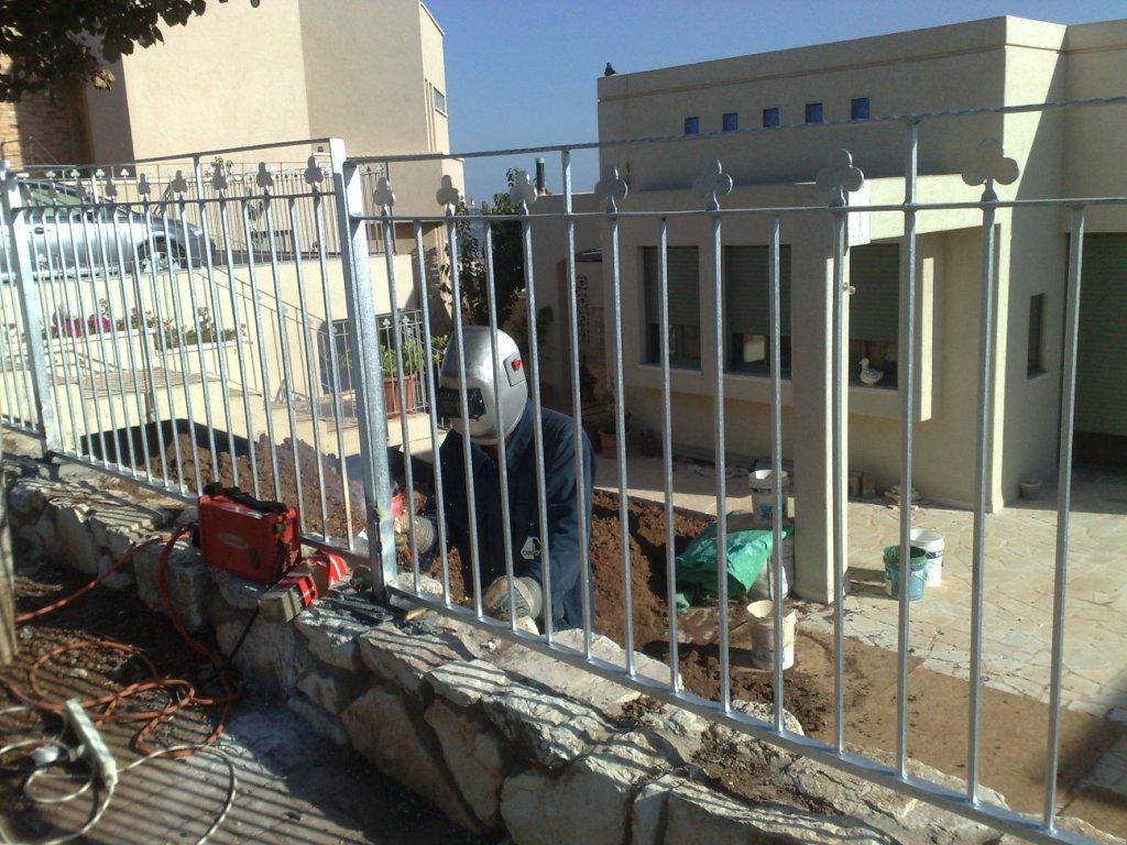 מעקה גדר חיצונית בחזית הבית - ריתוכים אחרונים של המקטעים