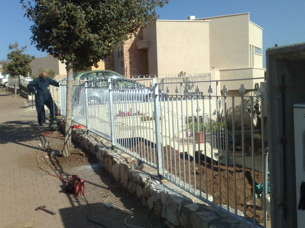 מעקה גדר חיצונית בחזית הבית - לאחר ריתוך כל המקטעים